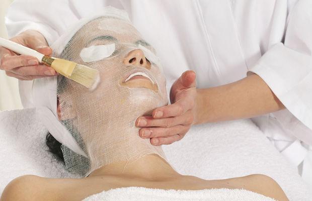 Нанесение маски на лицо кисточкой