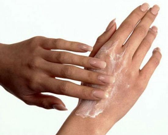 Нанесение мази на кожу рук