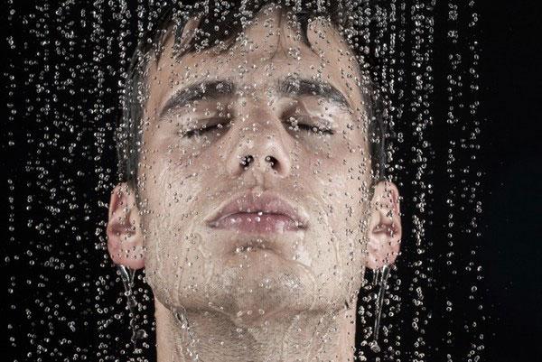 Мужчина под душем