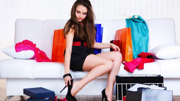 Женщина надевает туфли