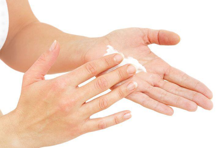 Нанесение крема на ладони
