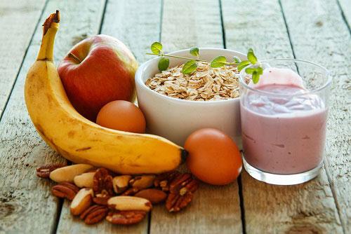 Фрукты, йогурт, овсянка, яйца