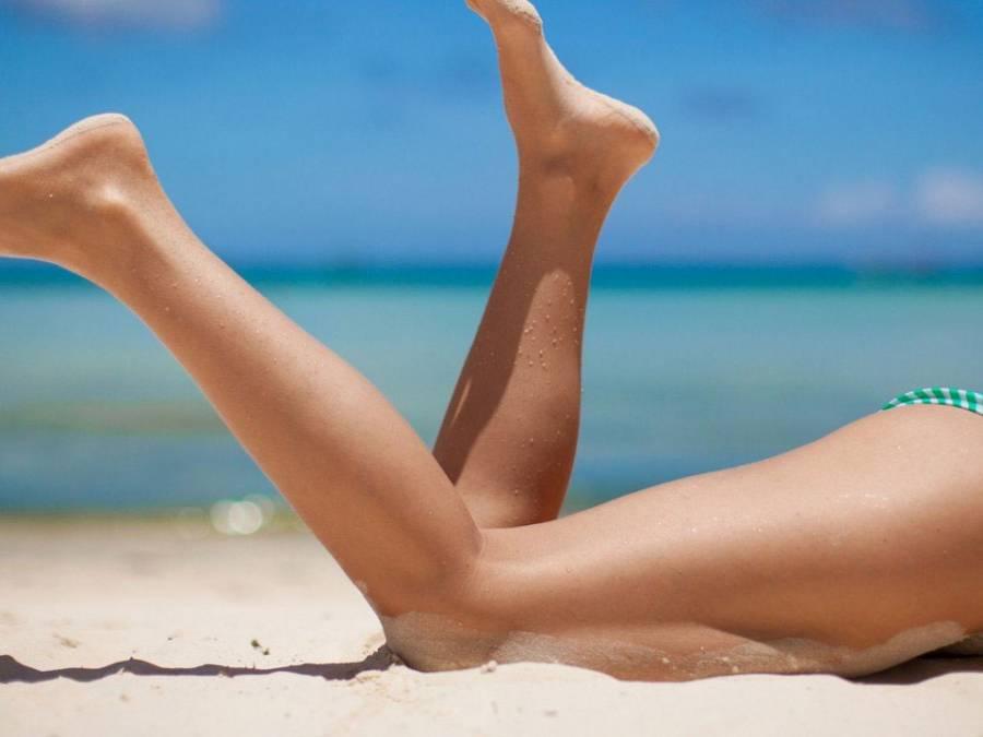 Женские ноги на пляже