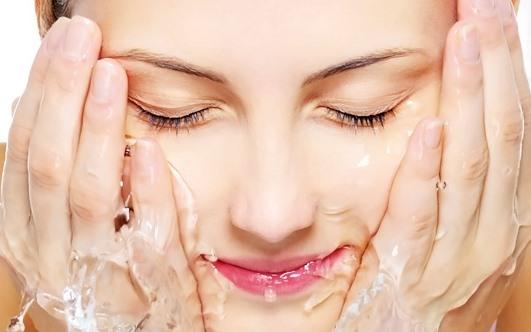 Умывание лица водой