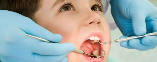Стоматолог осматривает ребенка