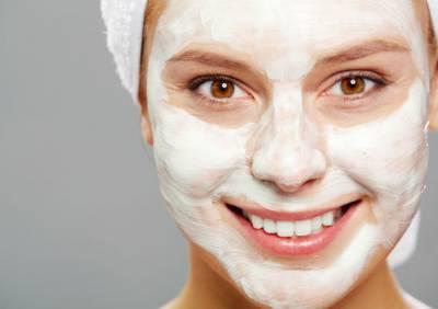 Девушка с аспириновой маской на лица