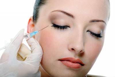 Девушке делают инъекцию в кожу вокруг глаз