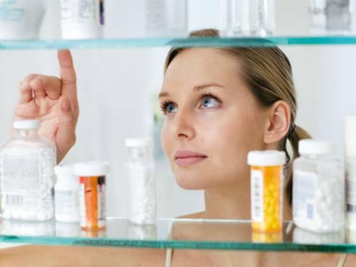 Женщина выбирает лекарство
