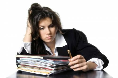 Женщина работает с бумагами