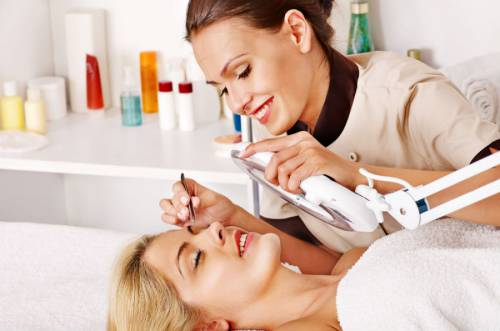Женщина на приеме у косметолога