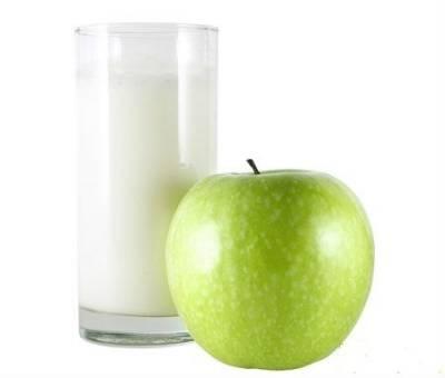 Зеленое яблоко с молоком