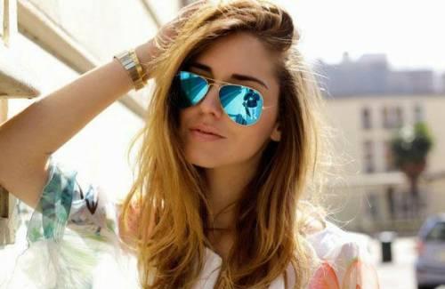 Солнцезащитные очки у девуушки