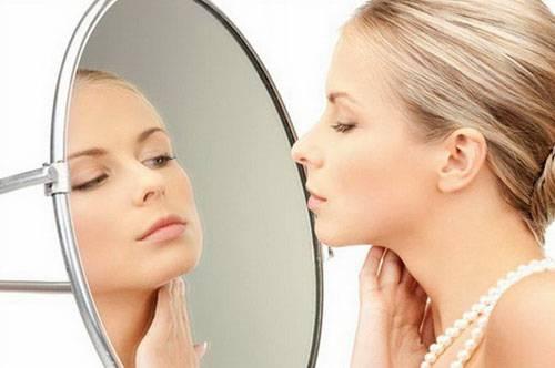 Почему опухает лицо: причины и что делать с отеками по утрам