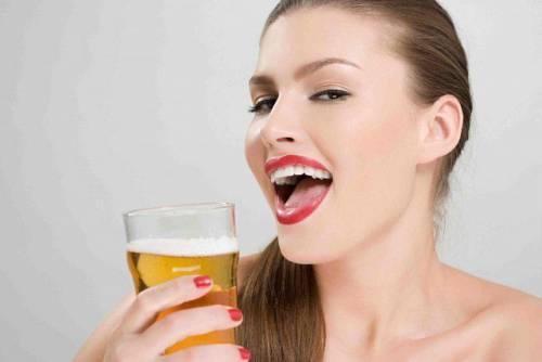 Женщина со стаканом пива