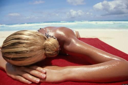 Девушка загорает на пляже