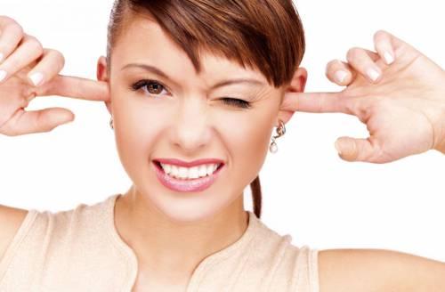 Девушка заткнула уши пальцами