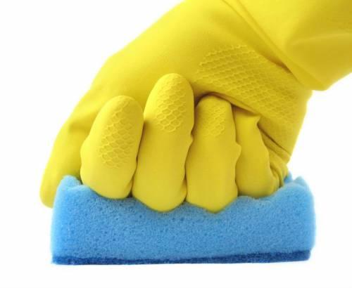 Перчатки и губка для мытья посуды
