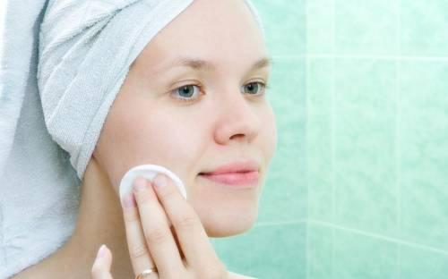 Обработка кожи лица лосьоном