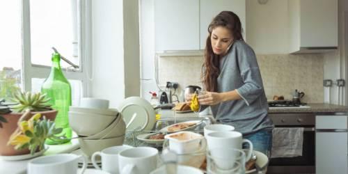 Женщина моет посуду
