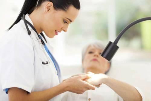 Врач осматривает руки пациентки