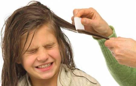 Расчесывание волос у ребенка