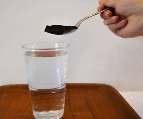 Активированный уголь кладут в стакан с водой