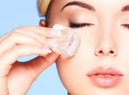 Протирание кожи лица кубиком льда