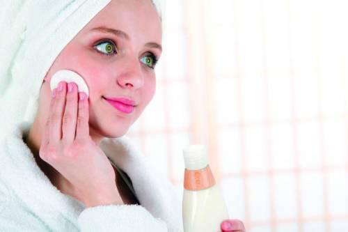 Нанесение средства по уходу за кожей на лицо