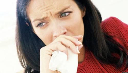 Женщина закрывает рот носовым платком