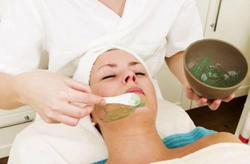 Нанесение маски на кожу лица
