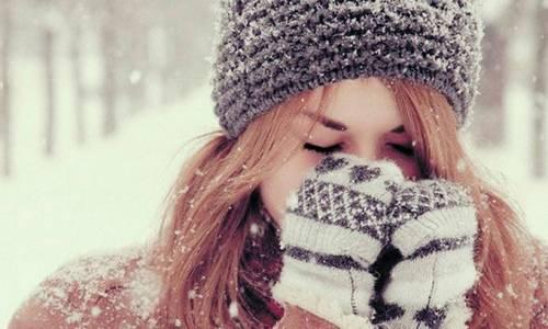 Девушка нв улице зимой закрыла лицо руками