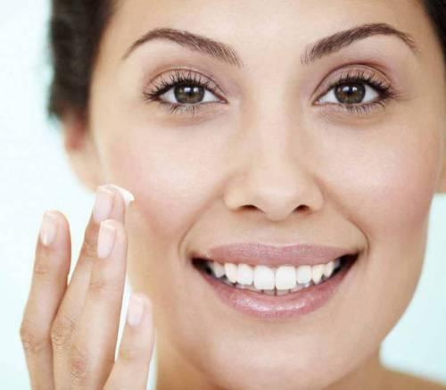 Нанесение крема на лицр