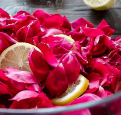 Розовые лепестки с лимоном