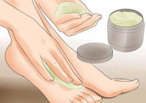 Нанесение крема на ступни