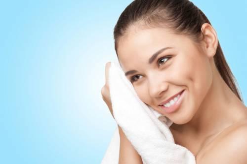 Девушка вытирает лицо полотенцем