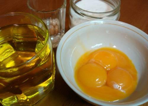 Желтки, растительное масло, соль