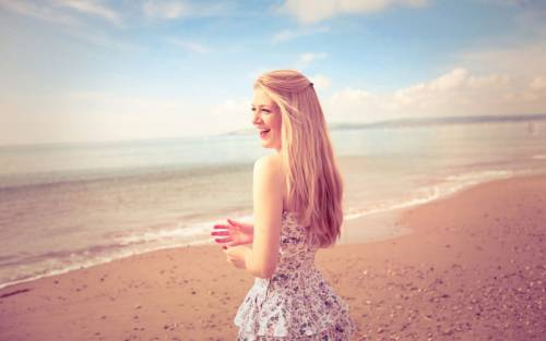 Девушка на побережье моря