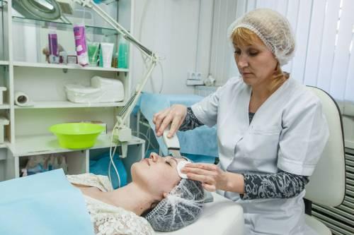 У косметолога на процедуре