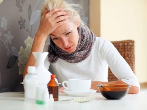 Женщина заболела простудой
