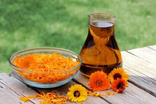 Лепестки цветов календулы и мед