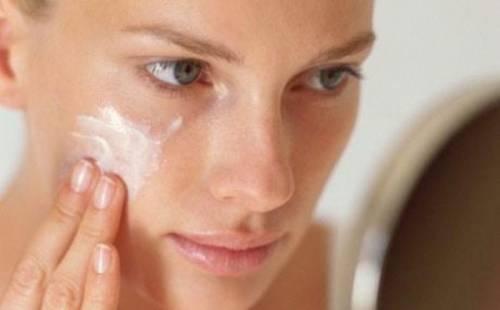 Нанесение крема на лицо