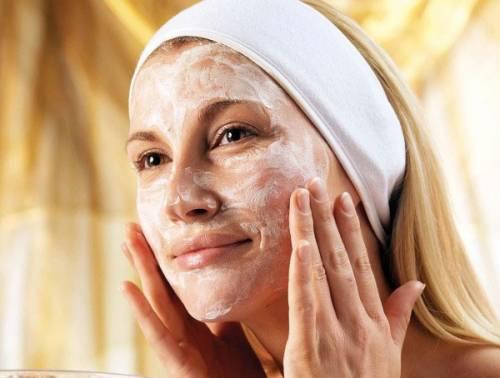Легкое массирование кожи после нанесения пилинга