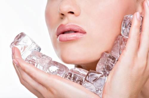 Протипание кожи лица кубиками льда