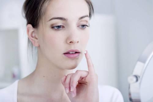 Нанесение лекарственного средства на уголки губ