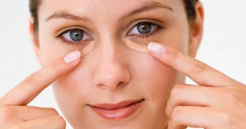 Нанесение крема на область под глазами