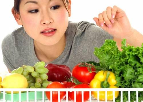 Девушка выбирает овощи и фрукты