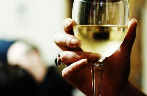 Бокал вина в руке