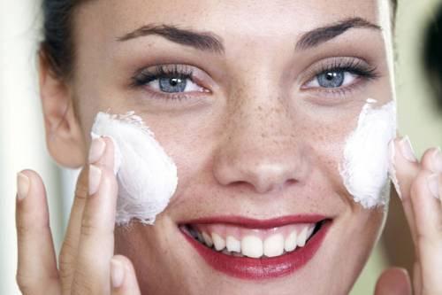 Нанесение крема на щеки