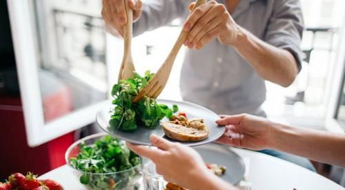 Салат из зелени на тарелке