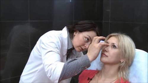Пластический хирург осматривает пациентку